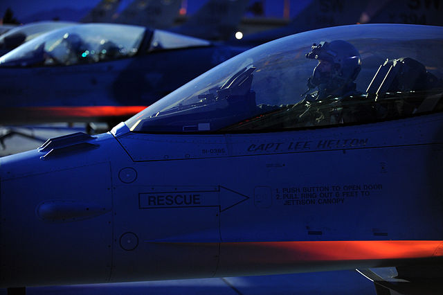 F-16_Fighting_Falcon_Preflight_Checks_pd