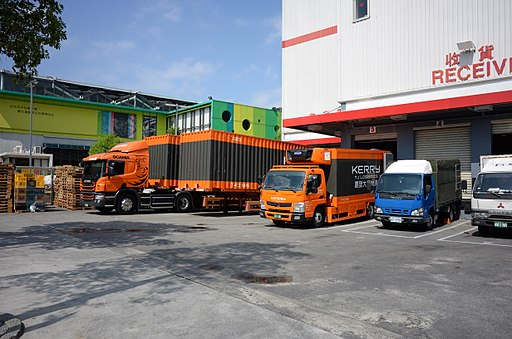 Trucks_in_Costco_Neihu_Warehouse_20140928